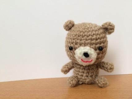 毛糸でできたクマの人形